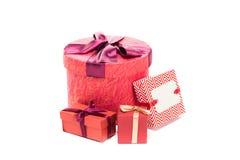 кладет красный цвет в коробку подарка Стоковые Изображения
