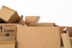 кладет крупный план в коробку картона Стоковые Фотографии RF
