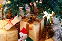 кладет кучу в коробку подарка Стоковая Фотография RF