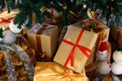 кладет кучу в коробку подарка Стоковые Фото