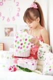 кладет малыша в коробку девушки подарка Стоковые Фотографии RF