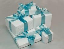 кладет милую белизну в коробку подарка Стоковое Изображение
