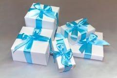 кладет милую белизну в коробку подарка Стоковые Изображения