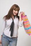 кладет милую покупку в мешки девушки Стоковое Фото
