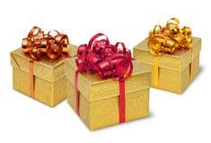 кладет настоящий момент в коробку 3 подарка золотистый Стоковое Изображение