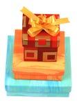 кладет обернутый настоящий момент в коробку подарка Стоковая Фотография RF