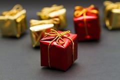 кладет обернутый подарок в коробку Стоковая Фотография