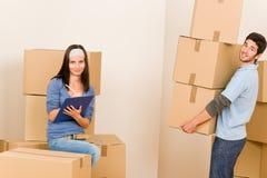 кладет пар в коробку нося картона домой двигая детенышей стоковое фото rf