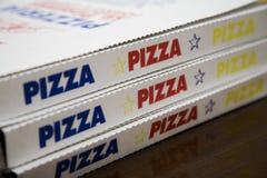 кладет пиццу в коробку поставки Стоковые Фотографии RF