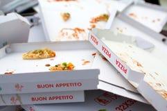 кладет пиццу в коробку Стоковые Изображения