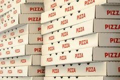кладет пиццу в коробку Стоковые Фотографии RF