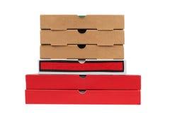 кладет пиццы в коробку картона Стоковые Изображения RF