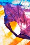 кладет пластмассу в мешки Стоковые Изображения
