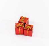 кладет подарки в коробку красные Стоковые Изображения