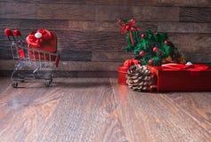 кладет подарки в коробку подарка выражения рождества смешные держа много женщина усиленная покупкой стоковые изображения rf