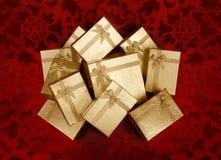кладет подарки в коробку рождества золотистые Стоковая Фотография