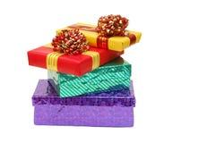 кладет подарки в коробку стоковые изображения rf