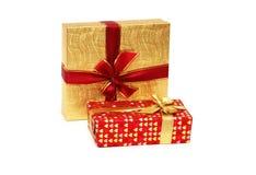 кладет подарок в коробку изолировал 2 Стоковые Фото