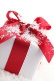 кладет подарок в коробку крупного плана Стоковое фото RF
