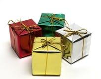 кладет подарок в коробку немногая Стоковое Изображение