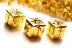 кладет подарок в коробку рождества золотистый Стоковое Изображение RF
