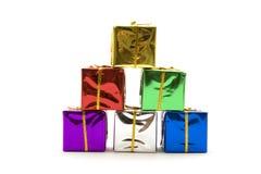 кладет подарок в коробку рождества цветастый стоковое изображение rf