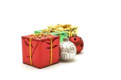кладет подарок в коробку рождества цветастый стоковые изображения