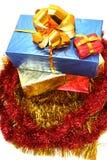 кладет подарок в коробку рождества Стоковая Фотография RF
