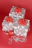 кладет подарок в коробку рождества Стоковые Изображения RF