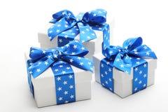 кладет подарок в коробку рождества Стоковое Изображение