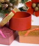 кладет подарок в коробку рождества Стоковые Фото