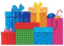 кладет подарок в коробку рождества Стоковое фото RF