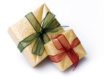 кладет подарок в коробку ручной работы Стоковое Изображение RF