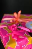 кладет подарок в коробку Стоковое Фото