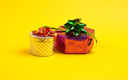 кладет подарок в коробку 2 Стоковая Фотография