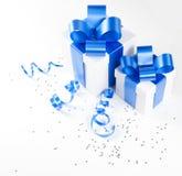 кладет подарок в коробку 2 Стоковое Изображение