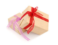 кладет подарок в коробку 2 Стоковые Фото