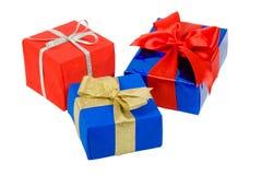 кладет подарок в коробку 3 стоковое изображение rf