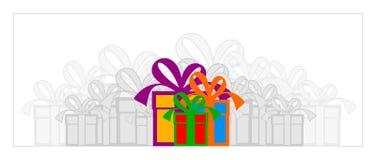 кладет подарок в коробку стоковые изображения rf