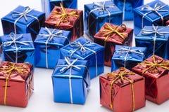 кладет подарок в коробку Стоковые Изображения