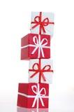 кладет подарок в коробку Стоковое Изображение