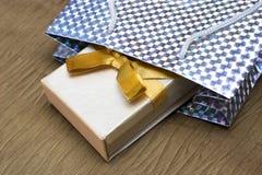 кладет подарок в коробку s Стоковое Изображение