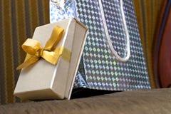 кладет подарок в коробку s Стоковая Фотография
