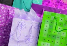 кладет подарок в мешки Стоковое Изображение