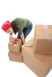 кладет поднимаясь женщину в коробку Стоковые Изображения RF