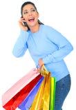 кладет покупку в мешки девушки смеясь над Стоковые Фото