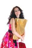 кладет покупку в мешки красивейшей девушки с волосами длиннюю стоковые фотографии rf