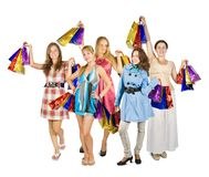 кладет покупку в мешки удерживания группы девушок Стоковое Фото