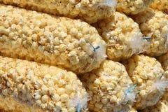 кладет попкорн в мешки Стоковые Фотографии RF