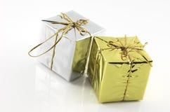 кладет серебр в коробку золота подарка Стоковое Изображение
